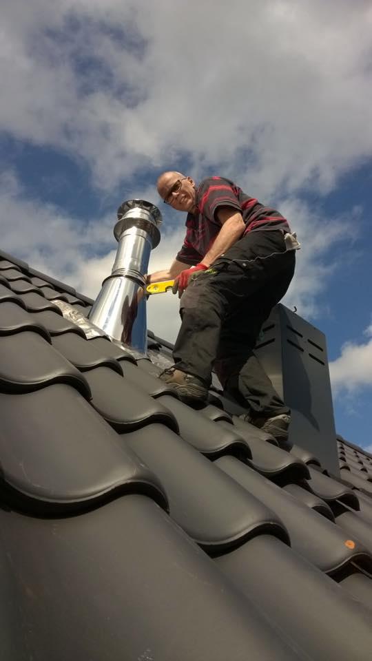 installatie houtkachel dak